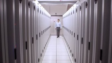 Technician walking in server hallway — Stock Video