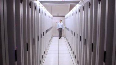 Technicus wandelen in server gang — Stockvideo