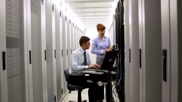 Technicians using digital cable analyzer on server — Vidéo