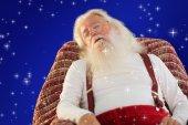 圣诞老人在扶手椅上睡觉 — 图库照片