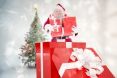 Santa standing in large gift — 图库照片