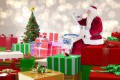 Santa, die Geschenke aus Warenkorb übermitteln — Stockfoto