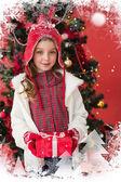 Regalo de holding de chica poco festivo — Foto de Stock