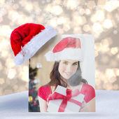 Krása bruneta zobrazeno dárek na Vánoce — Stock fotografie