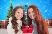 Moeder en dochter met cadeau — Stockfoto