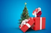 Santa staande in grote gave — Stockfoto