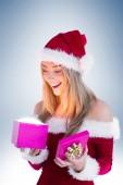 Festiva loira abrindo um presente — Foto Stock