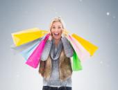 Blondynka gospodarstwa torby na zakupy — Zdjęcie stockowe