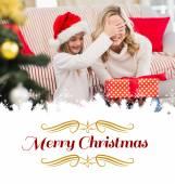 Festiva madre e figlia con il regalo — Foto Stock