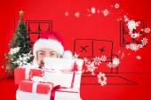 Rubia festiva celebración de pila de regalos — Foto de Stock