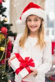 Festiva niña sosteniendo un regalo — Foto de Stock