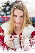 Smiling blonde in winter clothes holding mug — Stok fotoğraf