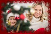 Madre e hija decorando árbol — Foto de Stock