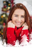 Pelirroja festivo sonriendo a la cámara — Foto de Stock