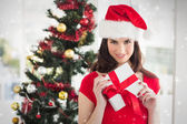 Immagine composita del regalo di festa della holding brunetta a Natale — Foto Stock