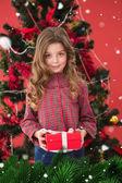 Sváteční dárek dívka hospodářství — Stock fotografie