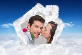 Vista lateral de una mujer amorosa besando a hombre — Foto de Stock