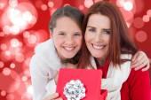 Madre e figlia con regalo — Foto Stock