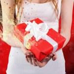 женщина, держащая красный и белый подарок — Стоковое фото #62501109