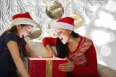 Madre e figlia apertura regalo — Foto Stock