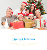 Familie an Weihnachten Geschenke halten — Stockfoto