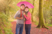 Couple debout sous un parapluie — Photo