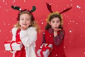 Slavnostní holčičky drží dary — Stock fotografie