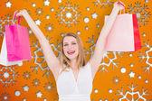 Kvinnan håller upp påsar — Stockfoto