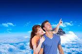 Couple looking upwards — Stock Photo