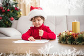 Праздничный маленький мальчик, пишущий список пожеланий — Стоковое фото