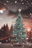 árvore de natal com neve caindo — Fotografia Stock