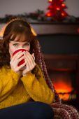 Schönheit-rothaarige heißes Getränk zu trinken, zu Weihnachten — Stockfoto