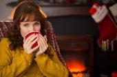 Улыбаясь рыжая пить горячий напиток на Рождество — Стоковое фото