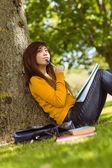 Student s knihami strom — Stock fotografie