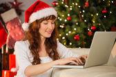 Улыбчивый рыжий использование ноутбука на диване — Стоковое фото