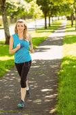 Ajuste Rubio de jogging en el parque — Foto de Stock