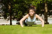 Žena, která dělá push up v parku — Stock fotografie