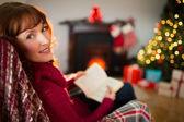 Szczęśliwy rudy czytanie książki na Boże Narodzenie — Zdjęcie stockowe