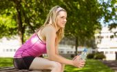 Fit blonde taking a break in the park — Stock Photo