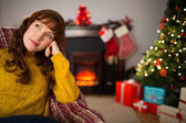 Rothaarige Schönheit, denken und entspannen zu Weihnachten — Stockfoto