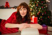 Красивый рыжий, лежащий на диване на рождество — Стоковое фото