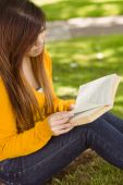 Student reading book in park — Stock Photo