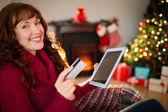 Pelirroja feliz de compras online con tablet — Foto de Stock
