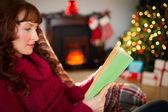 Schöne rothaarige lesen auf der Couch zu Weihnachten — Stockfoto