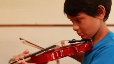 Pupil playing violin in classroom — Stock Video