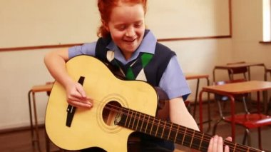 Pupil playing guitar in classroom — Stock Video