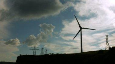 ветряная мельница, спиннинг против серого неба — Стоковое видео