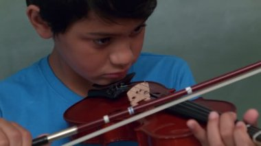Cute pupil playing violin in classroom — Stock Video