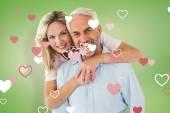Casal sorridente, abraçando-a e procurando — Fotografia Stock