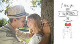 Cute smiling couple leaning against tree — Foto Stock